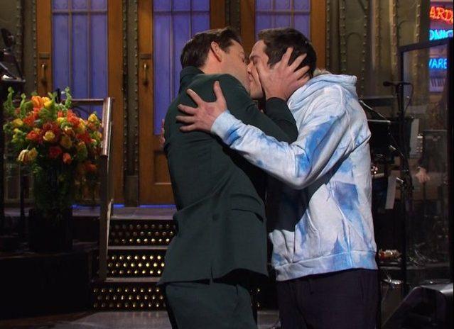 John Krasinski and Pete Davidson re-create Jim and Pam The Office kiss