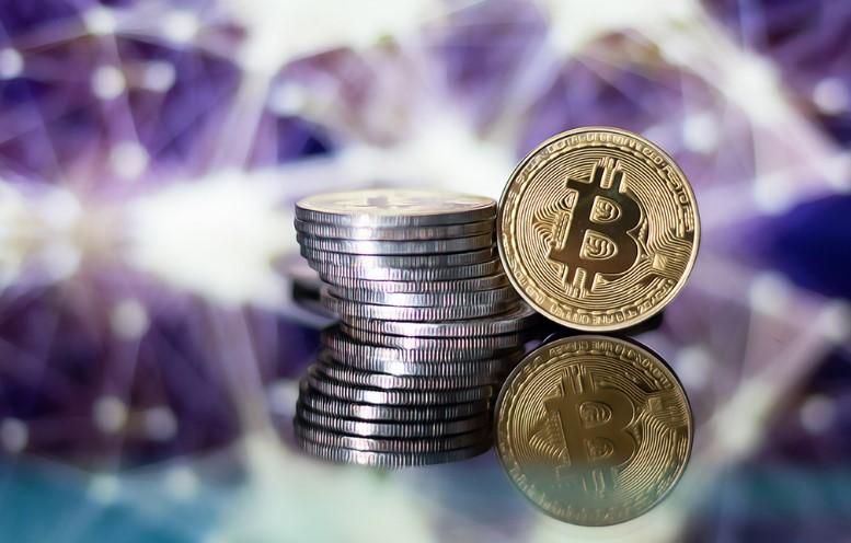 Bitcoin BTC cryptocurrency sulla tastiera sullo sfondo di data mining Foto stock - Alamy